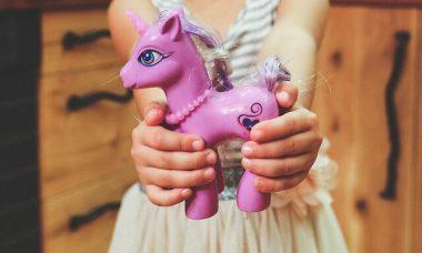 sklejona plastikowa zabawka