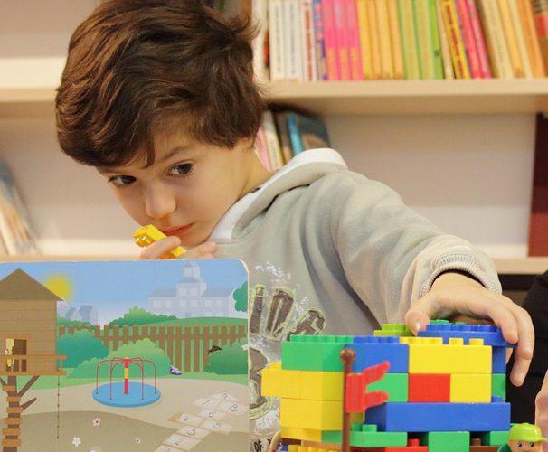 Dziecko bawiące się klockami Lego
