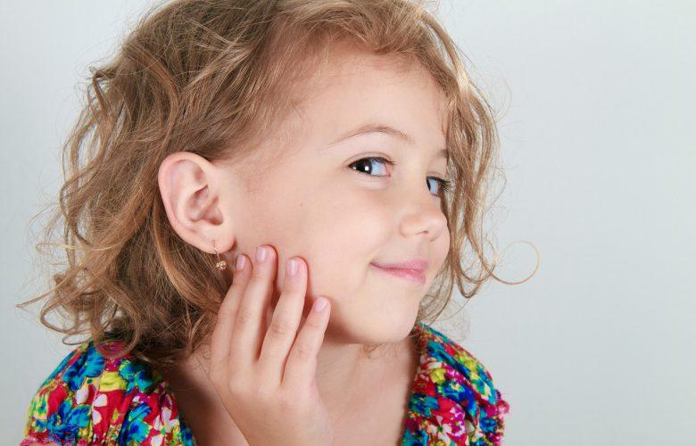 Dziewczynka ze złotym kolczykiem w uchu